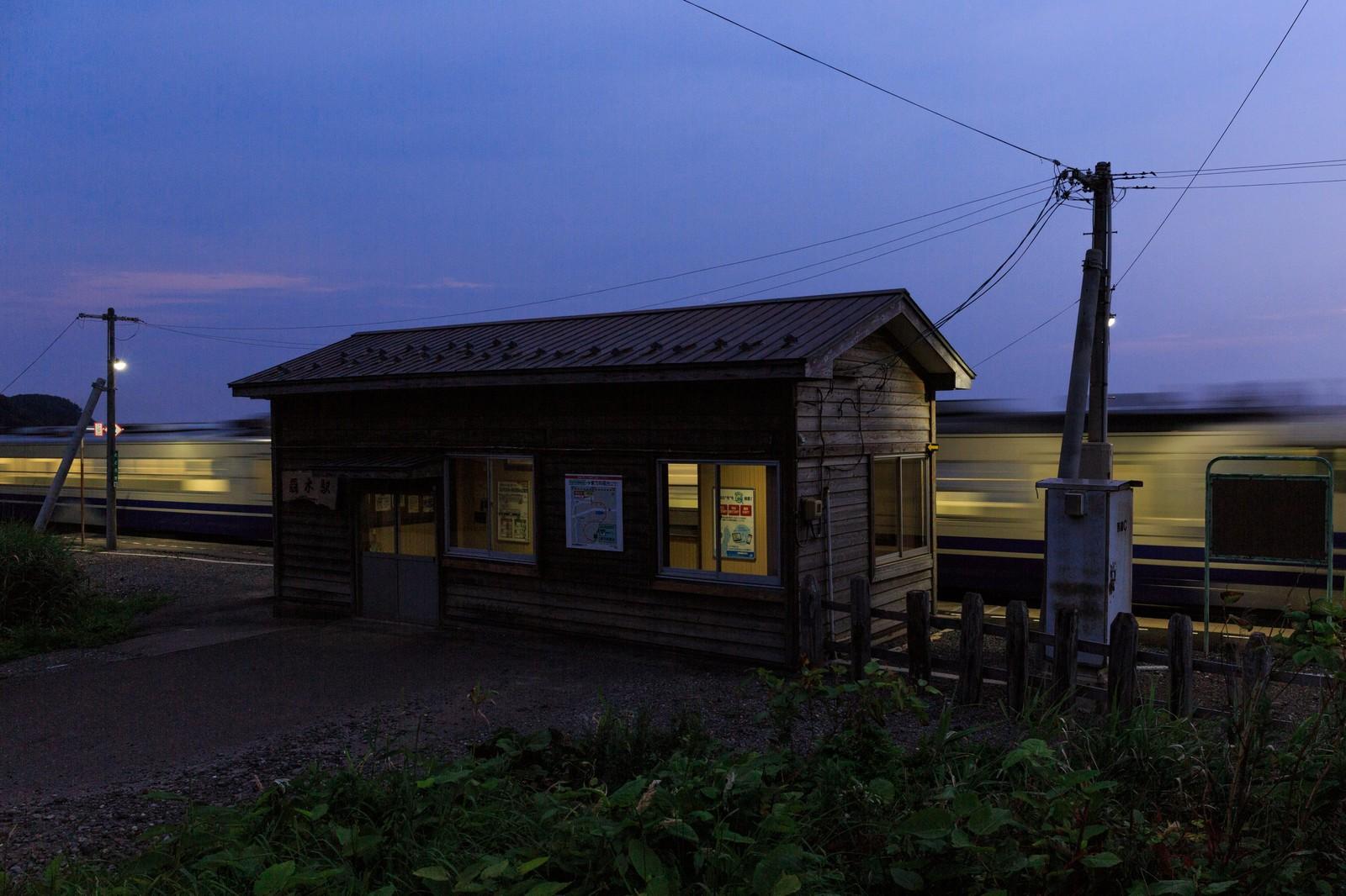 夕暮れのローカル線と無人駅