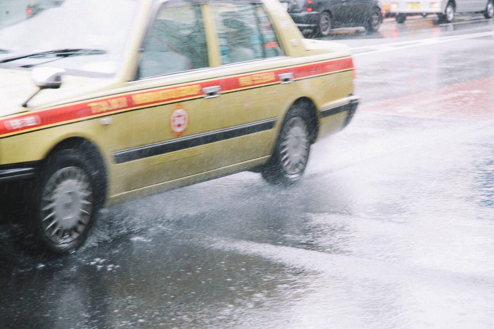 大雨で大忙しのタクシー